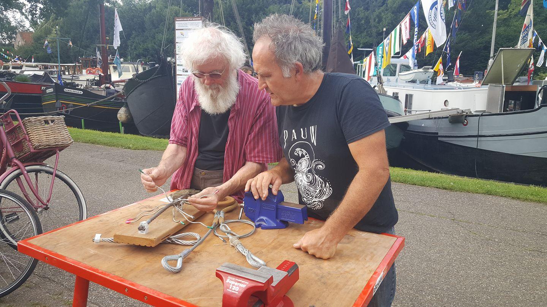 Floris Hin verzorgt de workshop Staaldraad splitsen